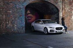 Jaguar_XE_bij_de_tijd_met_nieuwe_connected_technologiYn_en_Mild_Hybrid_aandrijving_1.jpg