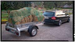De Jaguar Estate van mijn vriendin, en ja ook paarden hebben een warm bedje nodig.